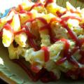 Frytki z serem zoltym, majonezem i ketchupem