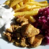 Shoarma z kurczaka i sos czosnkowy, frytki i pikantna surówka z czerwonej kapusty