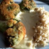 Blanszowany brokuł smażony w panierce z mlecznym sosem serowo-czosnkowym i ryżem parboiled
