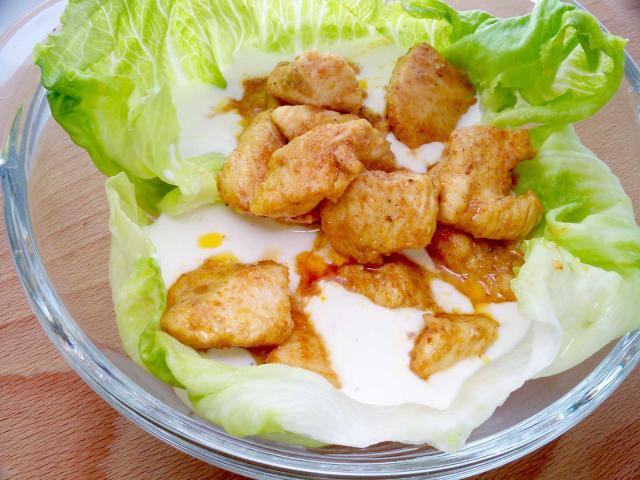 Kurczak curry wsosie czosnkowym podany naliściach sałaty
