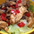 Kurczak z pieczarkami cebula i papryka na kawaleczkach salaty