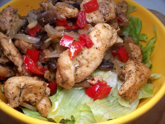 Kurczak zpieczarkami cebula ipapryka nakawaleczkach salaty