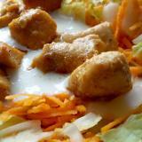 Kurczak zsosem czosnkowym nakapuście pekińskiej zmarchewką