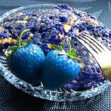 Placuszki zbożowe z niebieskimi truskawkami