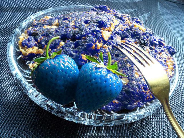 Placuszki zbozowe zniebieskimi truskawkami