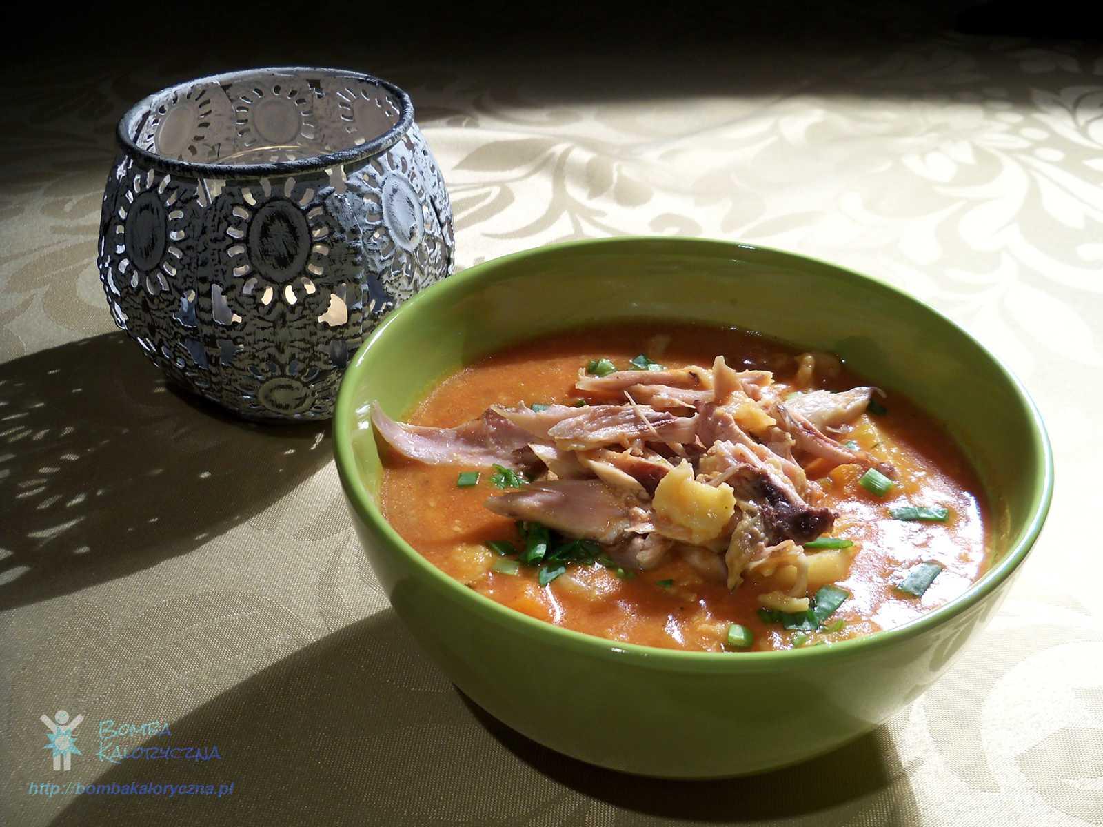 Mięsna zupa pomidorowa zkluskami lanymi iwarzywami