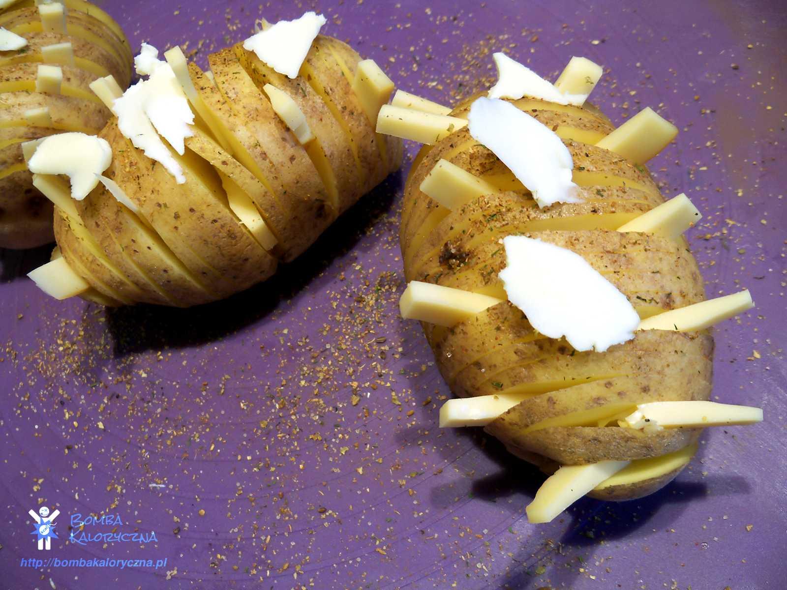 Pieczone ziemniaki zpiekarnika —zserem iziołami