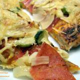 Pizza z salami cebulą i czosnkiem