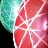 Suszące się pisanki ze sznurka i balonów