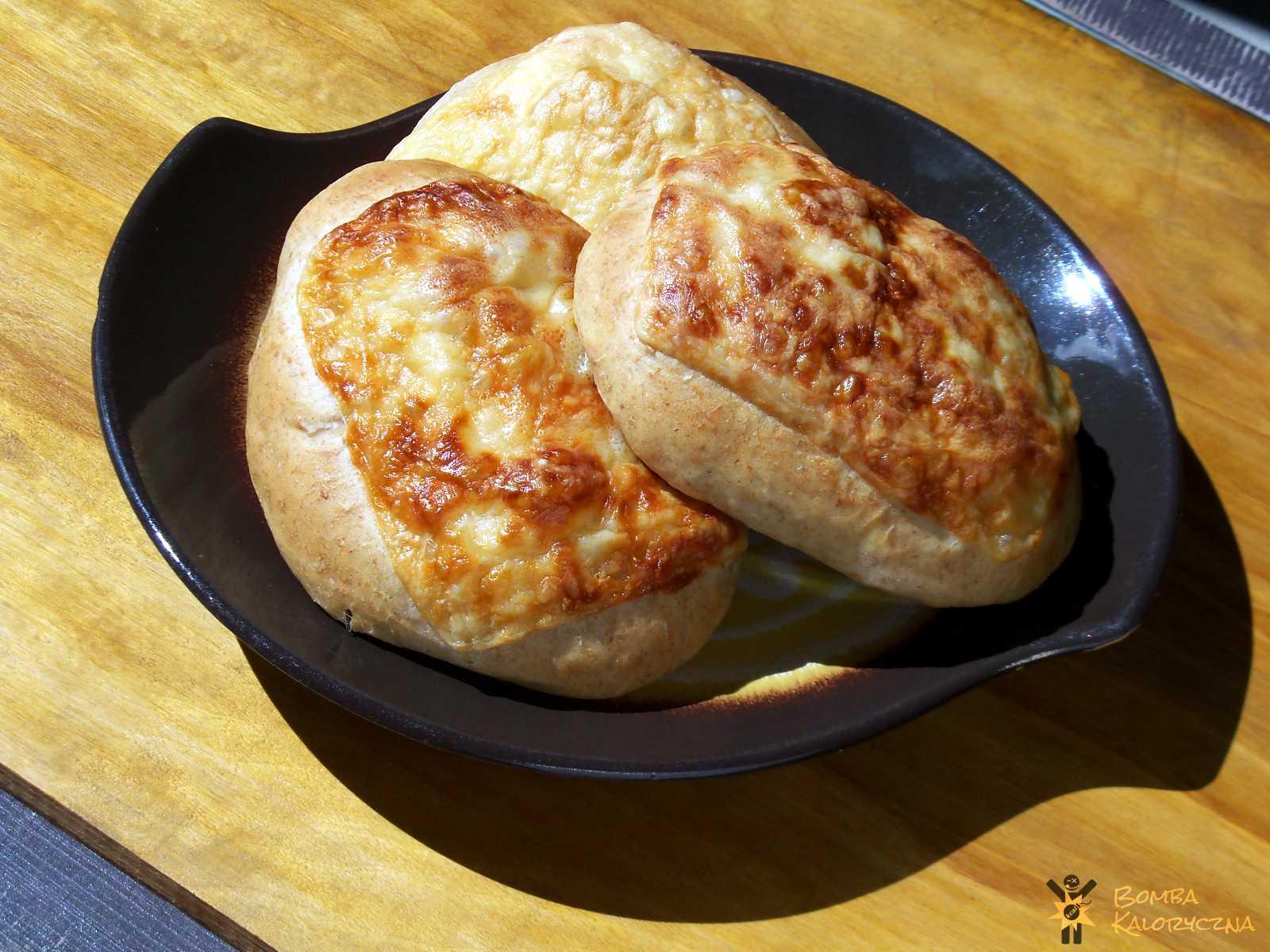 Bułeczki drożdżowe sojowo — serowe