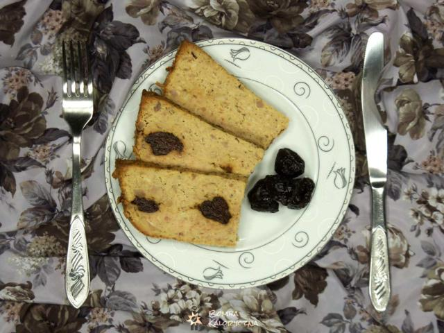 Pieczony pasztet ze śliwkami na talerzu